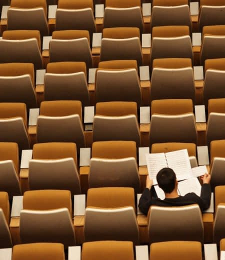 Student alleen lonely collegezaal